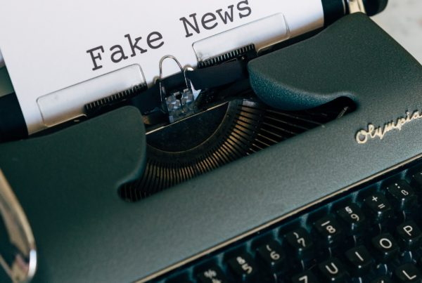 Machine à écrire fake news